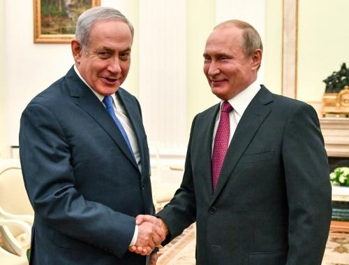 ▲베냐민 네타냐후(왼쪽) 이스라엘 총리와 블라디미르 푸틴 러시아 대통령이 11일(현지시간) 모스크바에서 만나 악수하고 있다. 모스크바/로이터연합뉴스
