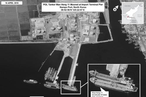 ▲4월 16일(현지시간) 북한 남포항에서 중국 소유 선박인 완헝 11호가 다른 선박에 정유 제품을 선적하는 장면. 미국은 유엔 안전보장이사회(안보리)에 북한의 정유제품 수입 금지를 요청한 것으로 전해졌다. 출처 월스트리트저널(WSJ)