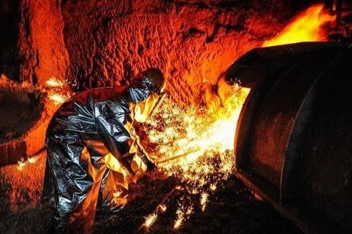 ▲포스코 직원이 포항제철소 고로에서 녹인 쇳물을 빼내고 있다.    사진제공 포스코