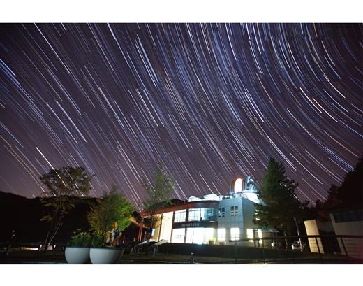 ▲반딧불이 천문대를 배경으로 찍은 별 궤적(사진제공=한국관광공사)