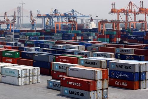 ▲베트남 하이퐁의 항구에 선적컨테이너가 쌓여있다. 최근 파이낸셜타임스(FT)는 베트남산 가구가 미중무역전쟁의 승자로 떠오를 수 있다고 보도했다. 하이퐁/로이터연합뉴스