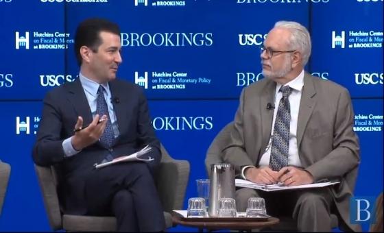 ▲사진 왼쪽부터 스콧 고틀립(Scott Gottlieb) FDA 위원장과 David Wessel 허친스센터의 책임자