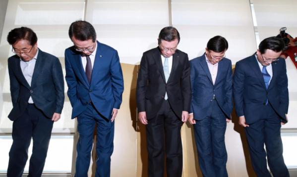 ▲박삼구 금호아시아나그룹 회장(가운데)과 임원들이 4일 오후 서울 광화문 사옥에서 기자회견을 열고 최근 논란이 된 '기내식 대란'과 관련해 고개 숙여 사과하고 있다.(연합뉴스)