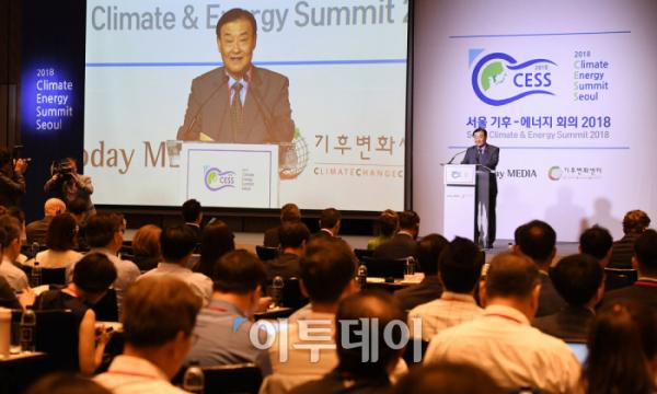 ▲'서울 기후-에너지회의 2018(CESS 2018)'이 '블록체인 기술과 에너지전환 전략'을 주제로 5일 서울 종로구 포시즌스호텔에서 성황리에 개최됐다. 강창희 (재)기후변화센터 이사장이 개회식에서 개회사를 하고 있다. 에너지 분야에서 블록체인 기술 활용의 필요성을 강조하고, 다양한 국제 스타트업 기업 소개를 통한 새로운 비즈니스 모델 창출을 위해 열린 이번 회의는 (재)기후변화센터와 이투데이 미디어가 공동으로 주최했다. 오승현 기자 story@