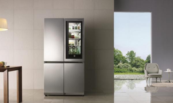 ▲최고상을 받은  LG 시그니처 노크온 매직스페이스 냉장고. 노크온 매직스페이스를 사용할 경우, 사용자가 문을 여닫는 횟수를 최소화해 문 전체를 여닫을 때에 비해 냉기 유출을 47% 줄일 수 있다.(사진=LG전자)