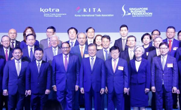 ▲싱가포르를 국빈 방문 중인 문재인 대통령이 12일 오후 샹그리라 호텔 타워볼룸에서 열린 한-싱가포르 비즈니스 포럼에서 참석자들과 기념촬영을 하고 있다.(싱가포르/연합뉴스)