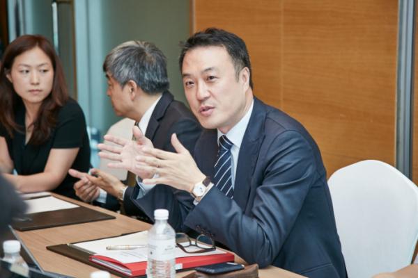▲12일 서울 여의도 메리어트호텔에서 엔홍 CISM애셋매니지먼트 대표(가운데)와 반재영 텔루스 이사(오른쪽)가 향후 리튬전지 신사업 투자계획을 설명하고 있다.(텔루스)