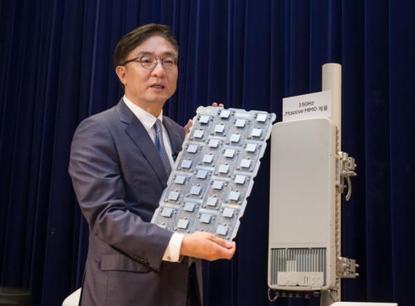 ▲삼성전자 네트워크사업부장 김영기 사장이 5G 통신장비를 소개하고 있는 모습.(사진=삼성전자)