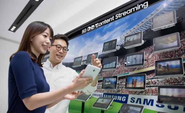 ▲5G 통신 속도를 활용해 다수의 태블릿으로 UHD 동영상 스트리밍을 시연하는 모습.(사진=삼성전자)