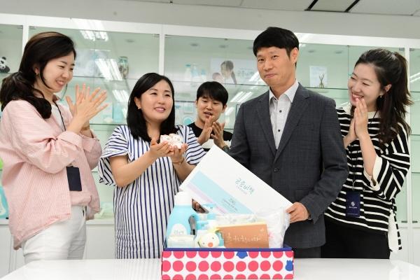 ▲제로투세븐 직원이 서울 마포구 사무실에서 임신축하 선물박스를 받고 있다. 고이란 기자 photoeran@