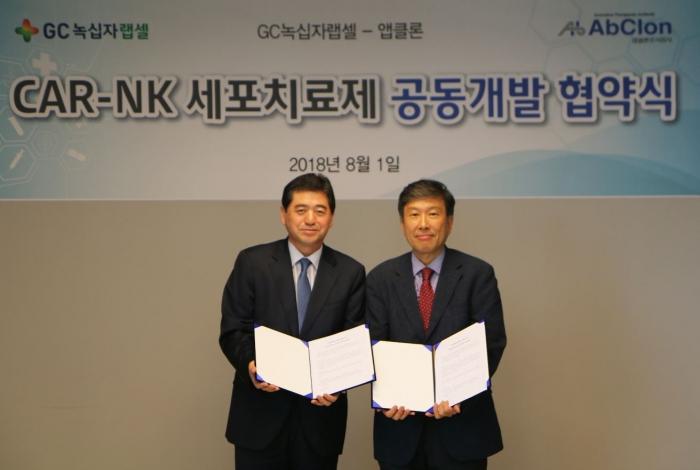 ▲박대우(왼쪽) GC녹십자랩셀 대표와 이종서(오른쪽) 앱클론 대표가 공동 연구 개발 협약을 맺은 후 포즈를 취하고 있다