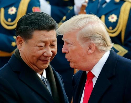 ▲시진핑(왼쪽)중국 국가주석과 도널드 트럼프 미국 대통령이 지난해 11월 중국 베이징에서 열린 미중 정상회담에서 만나 인사하고 있다. 베이징/AP연합뉴스