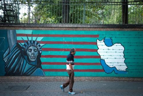 ▲한 남성이 이란의 수도 테헤란 거리의 반미 그림이 그려져 있는 벽 앞을 지나가고 있다. 테헤란/연합뉴스