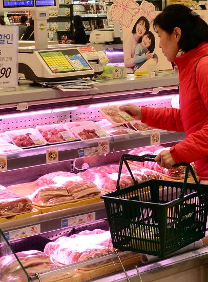 ▲서울의 한 대형마트에서 소비자가 돼지고기를 고르고 있다.(뉴시스)