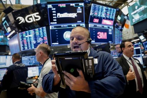 ▲22일(현지시간) 미국 뉴욕증권거래소(NYSE)에서 한 트레이더가 업무에 열중하고 있다. 뉴욕/로이터연합뉴스