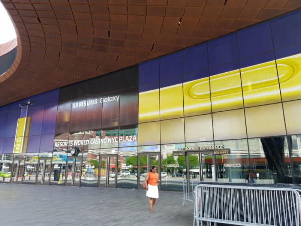 ▲뉴욕 브루클린에 위치한 바클레이스 센터에 걸린 '삼성 갤럭시 언팩 2018' 대형 광고(사진제공=삼성전자)