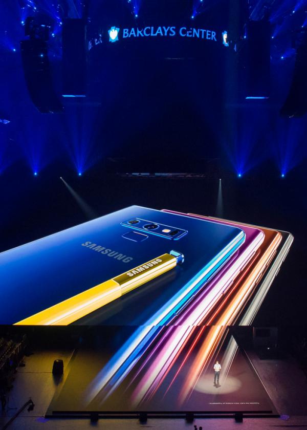 ▲현지시간 9일 미국 뉴욕 바클레이스 센터에서 진행된 '삼성 갤럭시 언팩 2018' 행사에서                        '갤럭시 노트9'을 소개하는 모습(사진제공=삼성전자)