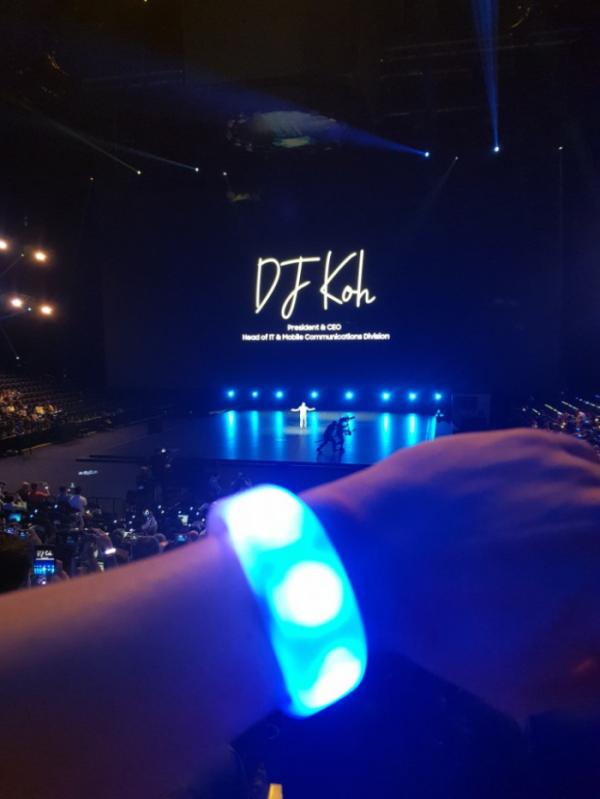 ▲참석자들이 비표 대신 손목에 착용한 'LED 손목밴드'가 행사 연출에 따라 다양한 색상과 효과로 변하는 모습.(사진=송영록 기자 syr@)
