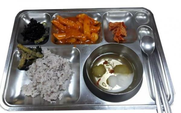 ▲119소방안전복지사업단 측이 9일 공개한 서울 모 소방서의 한 끼 식사(출처= 119소방안전복지사업단 페이스북)