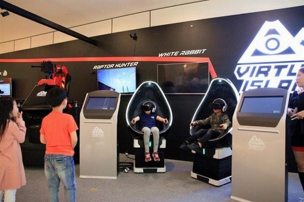 ▲신세계 센텀시티 4층에 마련된 VR 체험존에서 어린이들이 가상현실 게임을 하고 있다.