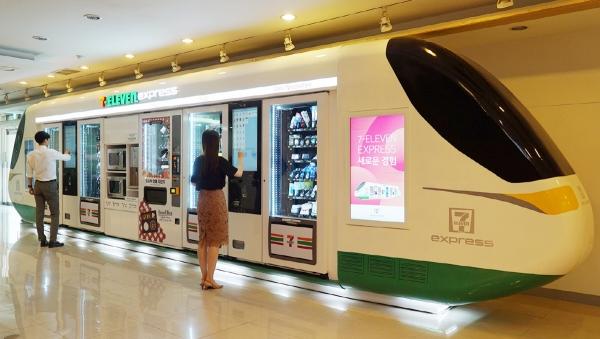 ▲세븐일레븐이 IT기술을 바탕으로 고객 편의 기능을 두루 갖춘 최첨단 자판기형 편의점 '세븐일레븐 익스프레스'를 시범 운영하고 있다. 사진제공=세븐일레븐