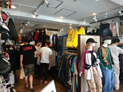 ▲일본 도쿄 시모키타자와의 한 빈티지 의류 매장에서 젊은이들이 옷을 살펴보고 있다. 니혼게이자이신문