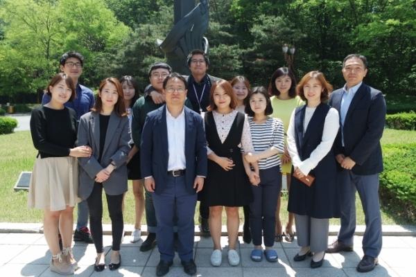 ▲이학종 IMGT 대표(왼쪽에서 세번째)와 IMGT 임직원, 대학원생들. IMGT 제공.