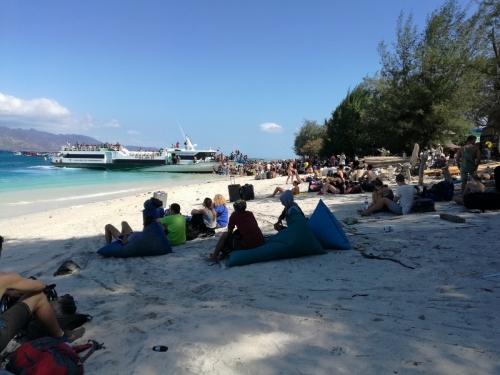 ▲8월 6일(현지시간) 인도네시아 롬복 섬 인근 해상에서 진도 7.0의 지진이 발생해 관광객들이 해변에 대피해있다. 롬복/신화뉴시스