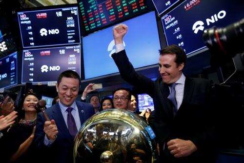 ▲12일(현지시간) 미국 뉴욕증권거래소(NYSE)에서 윌리엄 리(왼쪽) 니오 설립자 겸 회장이 거래를 시작하는 종을 울리고 있다. 뉴욕/로이터연합뉴스