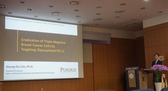 ▲임승외 미국 퍼듀대 교수는 지난 14일 열린 '한국-스웨덴 공동연구 심포지엄'에서 '당화 PD-L1 표적의 삼중음성 유방암세포 치료전략'라는 주제로 발표했다.
