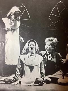 ▲故 윤소정이 닥터 리빙스턴으로 열연했던 1983년 '신의 아그네스' 공연 장면(출처: 신의 아그네스 희곡 단행본)(오지혜 소장 서적)