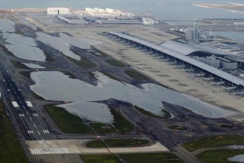 ▲5일(현지시간) 제21호 태풍 '제비'가 강타한 일본 오카사 간사이공항의 일부 활주로가 물에 잠겨 있다. 복구를 마친 공항은 21일 운영을 전면 재개한다. 오사카/EPA연합뉴스