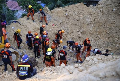 ▲20일(현지시간) 필리핀 세부의 산사태 현장에서 구급대원들이 실종자 수색 작업을 하고 있다. 이날 산사태로 22명이 사망하고 60여 명이 실종됐다. 세부/AP뉴시스