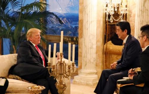▲도널드 트럼프(왼쪽) 미국 대통령과 아베 신조 일본 총리가 23일(현지시간) 뉴욕 트럼프타워에서 만찬 회동에 앞서 이야기를 나누고 있다. 제공=일본 내각 홍보실