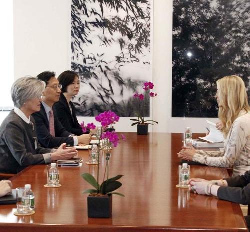▲강경화 장관이 도널드 트럼프 미국 대통령의 장녀인 이방카 트럼프 백악관 보좌관을 만나 담소를 나눴다고 25일 외교부가 밝혔다.(사진=외교부 트위터)