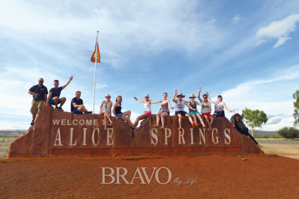▲울루루 탐험을 끝내고 앨리스스프링스로 귀환하며 찍은 단체 사진.(이화자 작가 제공)