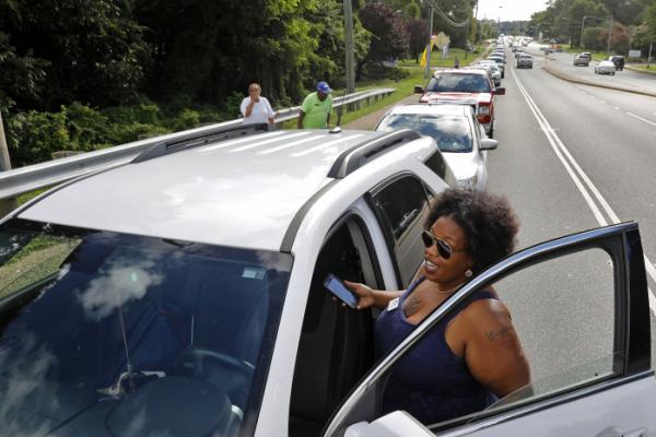 ▲12일(현지시간) 미국 오이스터 포인트 도로가 허리케인 재난 물품을 받으려는 차량들로 길게 늘어서 있다.(AP/연합뉴스)