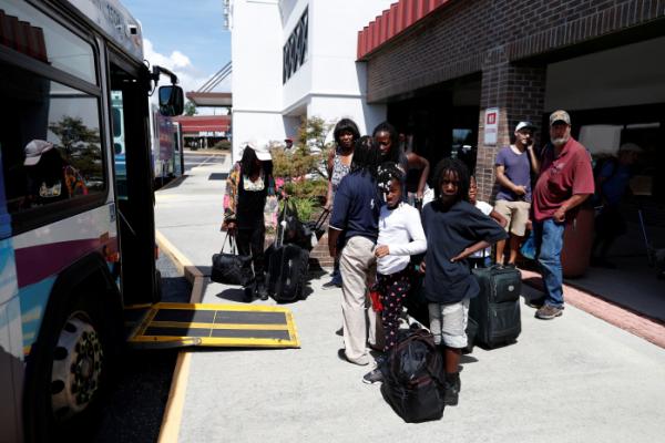 ▲12일(현지시간) 미국 노스캐롤라이나주 남동부에 있는 윌밍턴 시민들이 허리케인 '플로렌스' 진입 소식에 대피 버스를 기다리고 있다.(로이터/연합뉴스)