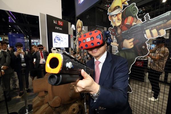 ▲황창규 KT 회장이 MWC아메리카 2018 KT 전시관에서 가상현실(VR)을 이용한 '메탈슬러그' 게임을 체험하고 있다. (사진제공=KT)