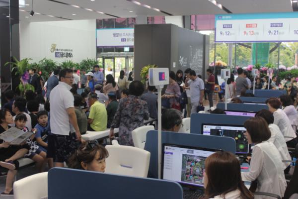 ▲'수성 골드클래스' 홍보관을 찾은 방문객들의 모습(사진=보광종합건설)