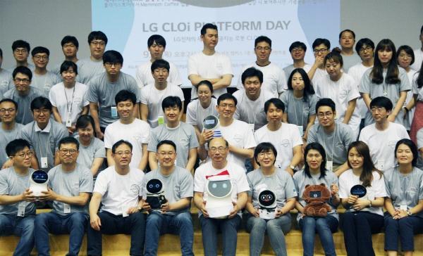 ▲LG전자 사내 로봇 개발자들이 한자리에 모여 관련 지식을 공유하는 자리를 가졌다. 13일 서울 양재동에 위치한 서초R&D캠퍼스에서 '2018 클로이 플랫폼 개발자의 날' 행사에서 개발자들이 기념촬영을 하고 있다. 사진제공 LG전자