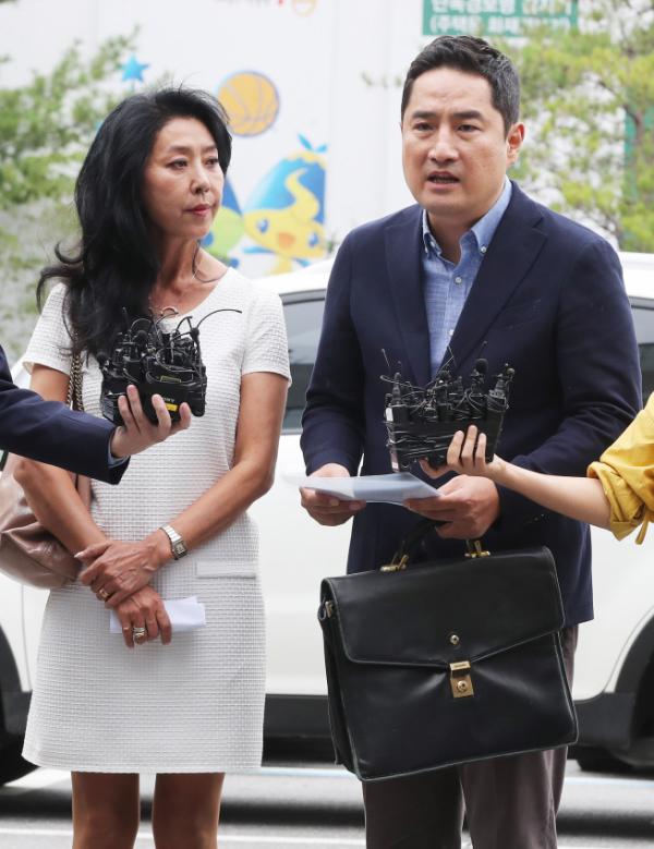 ▲12일 경찰에 출석한 배우 김부선(왼쪽)과 강용석 변호사. (연합뉴스)