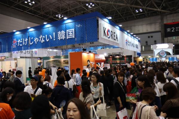 ▲작년 9월 일본 도쿄에서 개최된 투어리즘 EXPO 재팬에 참가한 한국관 부스에 방문한 일본인 관람객들. 한국관은 최우수 부스에게 주어지는 그랑프리상을 받았다.(사진제공=한국관광공사)