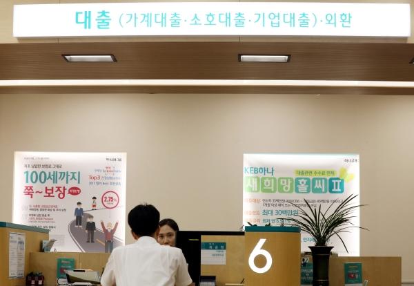 ▲정부가 2주택 이상 보유 가구에 규제 지역 내 주택 신규 구입을 위한 주택담보대출을 금지한다고 발표한 13일 오후 서울 중구의 한 은행에서 고객이 대출상담을 하고 있다. 주택담보대출은 한 달 새 3조4000억 원이 증가해 지난해 7월 이후 13개월 만에 가장 큰 폭으로 증가한 것으로 알려졌다.     뉴시스