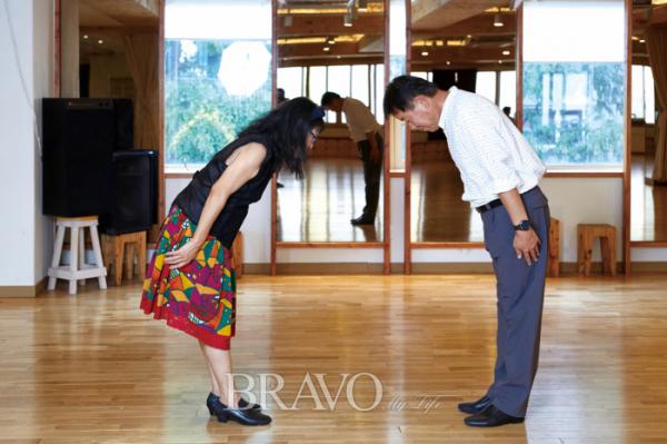 ▲춤을 시작하기 전과 후엔 상대방에게 인사를 하는 것을 원칙으로 한다.(오병돈 프리랜서 obdlife@gmail.com)