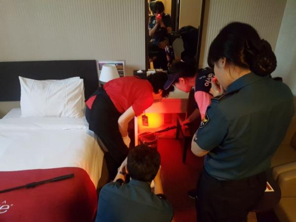 ▲호텔 객실 내부 불법 촬영 카메라 설치 여부를 점검하는 모습.(사진제공=여성가족부)