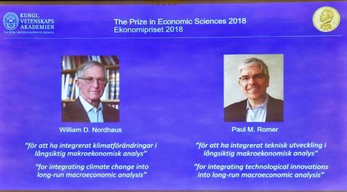▲스웨덴 왕립과학원 노벨위원회가 스톡홀름에서 8일(현지시간) 올해 노벨 경제학상 수상자를 발표하는 가운데 화면에 수상자들의 모습이 보이고 있다. 왼쪽은 윌리엄 노드하우스 예일대 교수, 오른쪽은 폴 로머 뉴욕대 교수. 스톡홀름/EPA연합뉴스
