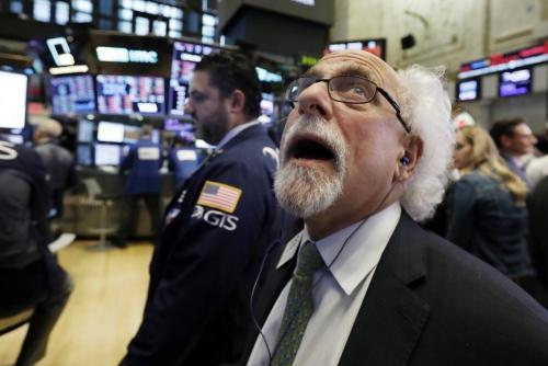 ▲뉴욕증시가 10일(현지시간) 급락한 가운데 뉴욕증권거래소(NYSE)에서 한 트레이더가 시장 변화에 놀란 표정을 짓고 있다. 이날 다우와  S&P500, 나스닥 등 뉴욕증시 3대 지수는 3~4% 급락했다. 뉴욕/AP연합뉴스
