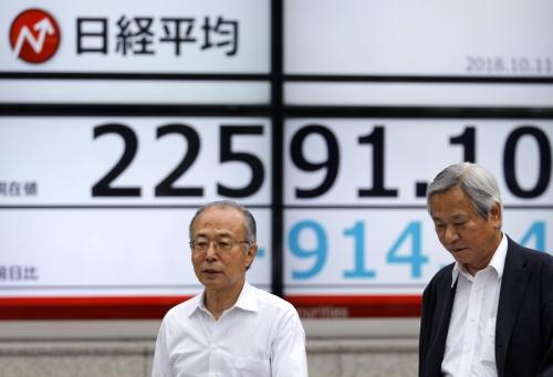 ▲11일(현지시간) 일본 도쿄에 설치된 한 주식전광판 앞을 시민들이 지나고 있다. 이날 아시아 주요 증시는 미국발 증시 쇼크의 영향으로 일제히 급락했다. 도쿄/EPA연합뉴스
