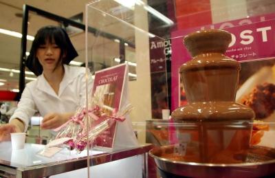 ▲일본 도쿄의 한 초콜릿 가게에서 점원이 진열하고 있다. 신화뉴시스